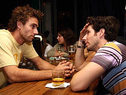 חברים יושבים על הבר (צילום: עודד קרני)
